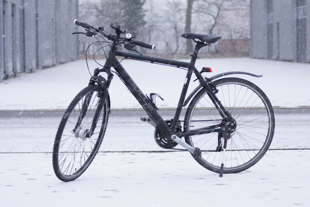 Fahrradfahren im Winter - Fahrrad im Schnee
