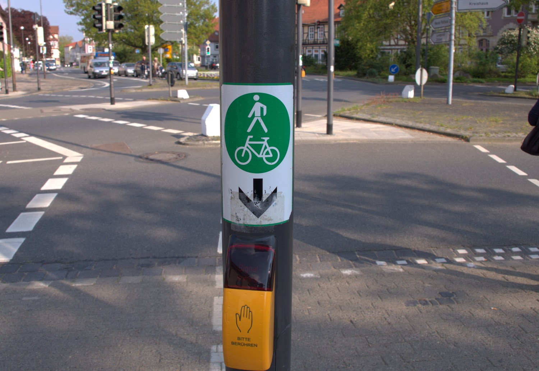 StVO-Novelle Kreuzung mit Schild und Ampel